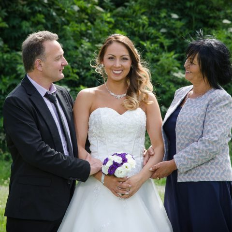 La mariée et ses parents lors de son mariage au Touvet (38)
