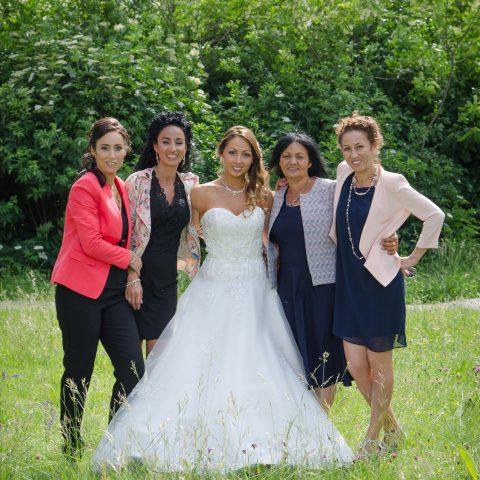 Photo de famille réunissant la mariée, ses sœurs et sa maman