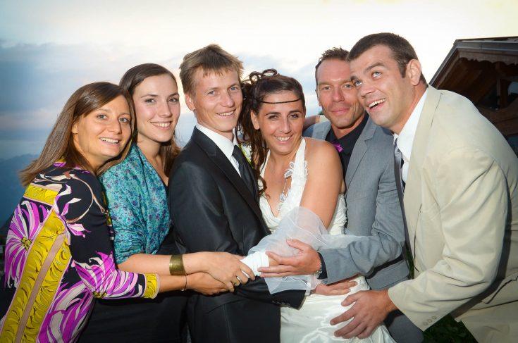 mariés et amis posent pour leur photographe au vin d honneur