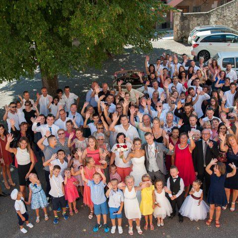 Photo de groupe après la cérémonie civile du mariage en mairie de Cruet (73)