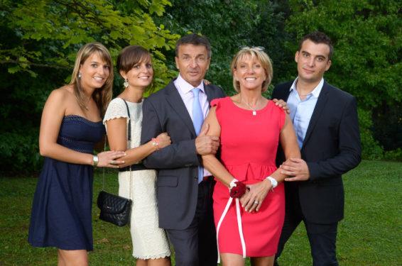 photo de famille après le mariage dans le jardins des mariés