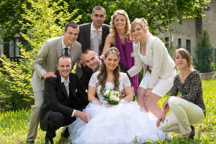 photo de groupe avec frères, sœurs et témoins dans les jardins près de chez les mariés