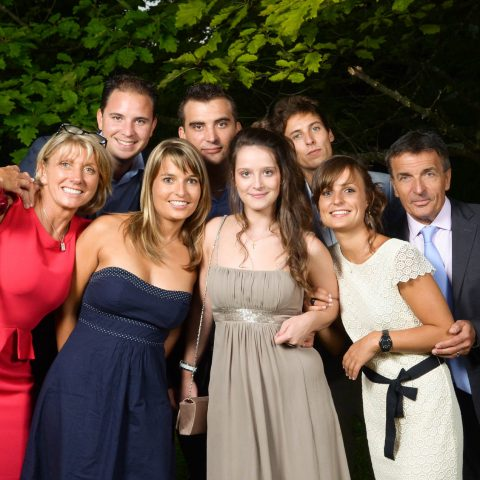 photo de famille dans le jardin familial au vin d honneur de mariage