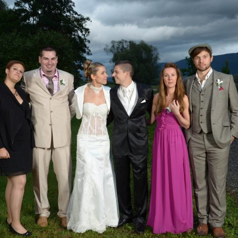 photo de groupe sur fond de ciel chargé, mariage à Villiers-du-lac, en Savoie