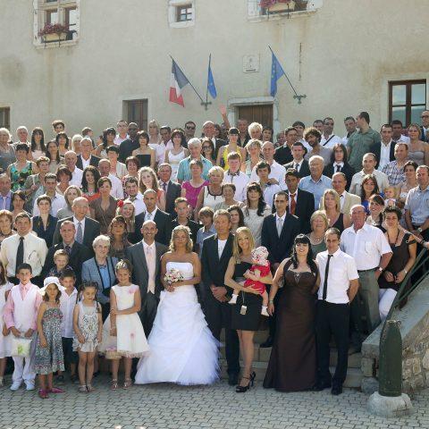 photo de groupe lors du mariage à Barraux (Isère, 38) : tous les invités tiennent sur les marches de la mairie