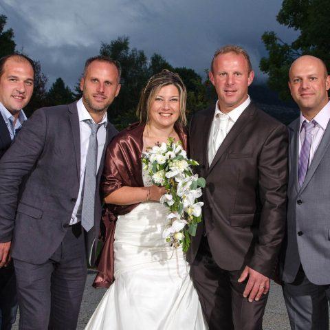Photo de groupe lors du vin d honneur, mariage en Savoie (73)