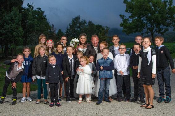 photo de groupe avec tous les enfants du mariage aux Saints-Père, Montagnole