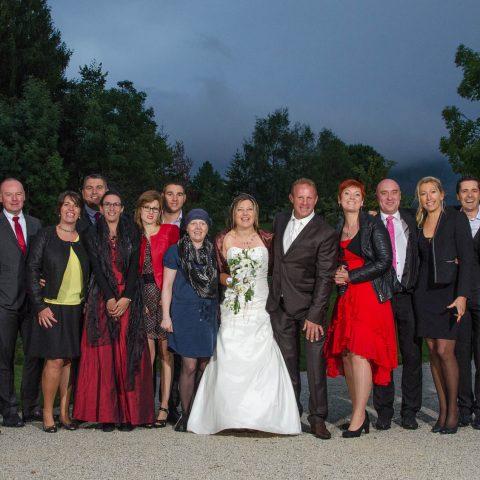 photo de groupe en extérieur sous un ciel menaçant, mariage en Savoie