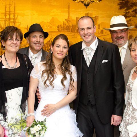 photo de famille dans la salle du conseil juste après la cérémonie de mariage