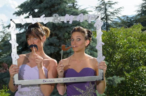 photo fun avec un cadre fantaisie, mariage dans le jardin