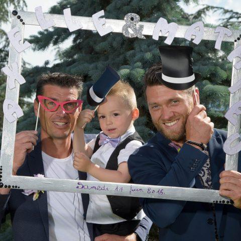 photo avec des chapeaux dans le cadre des mariés lors du mariage sur Montmélian, Savoie (73)