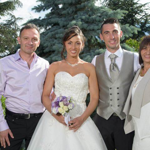 Les mariés et leur famille posent pour le photographe de mariage