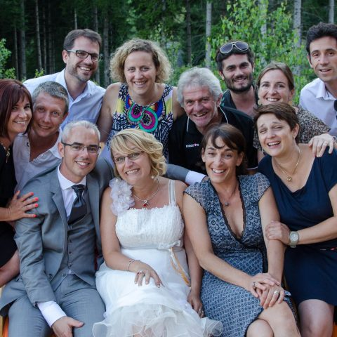 photo de groupes avec les amis des mariés en pleine nature dans la montagne