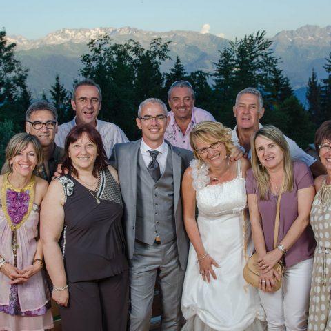 photo de groupe lors de ce mariage face au massif de Belledonne (Savoie et Isère)