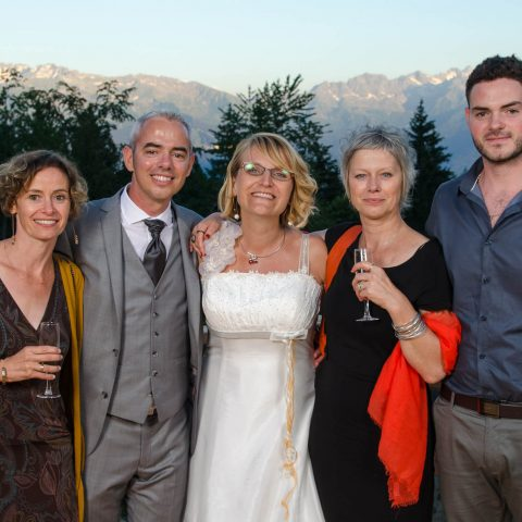 Petit groupe au vin d honneur lors du mariage en pleine nature face à la montagne