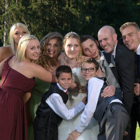 photo de groupe en famille et entre amis lors du mariage en Tarentaise
