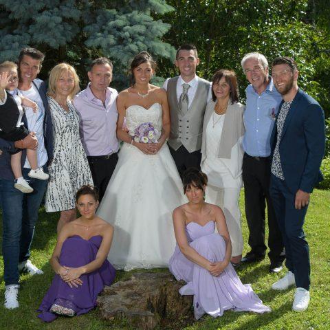 photo de groupe posée organisée par le photographe de mariage