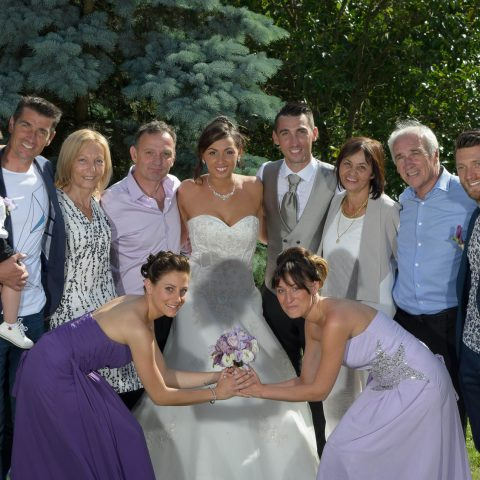 les témoins tiennent le bouquet de la mariée lors de cette photo de groupe en Savoie