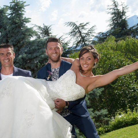 la mariée est portée pour une photo après son mariage