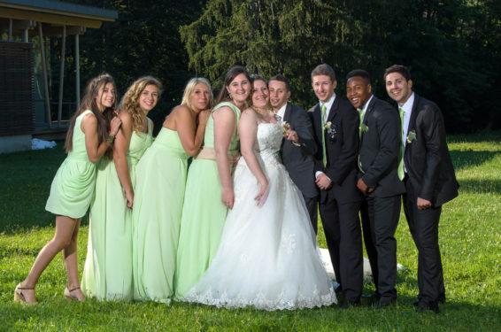 photo de groupe hommes sur un côté, femmes sur autre côté, lors du mariage en vallée de la Tarentaise