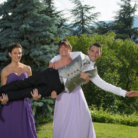 les filles portent le marié lors de son mariage, sur une idée du photographe