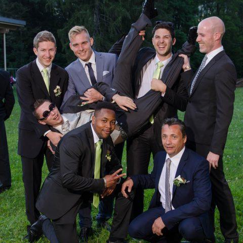 les garçons chahutent le marié lors de son vin d honneur, le jour de son mariage