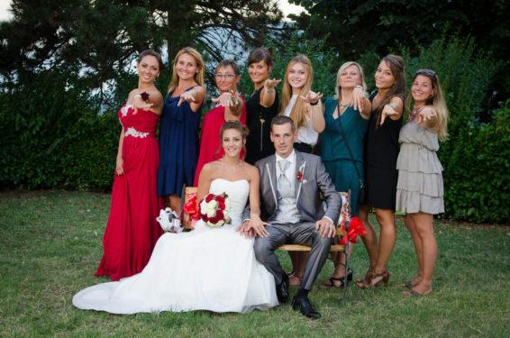 photo de mariage en groupe posée avec les copines de la mariée