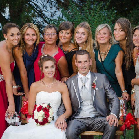 photo de groupe où tout le monde rapproche le visage autour des mariés