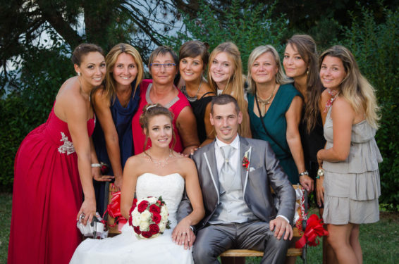 photo de groupe : tout le monde rapproche le visage autour des mariés