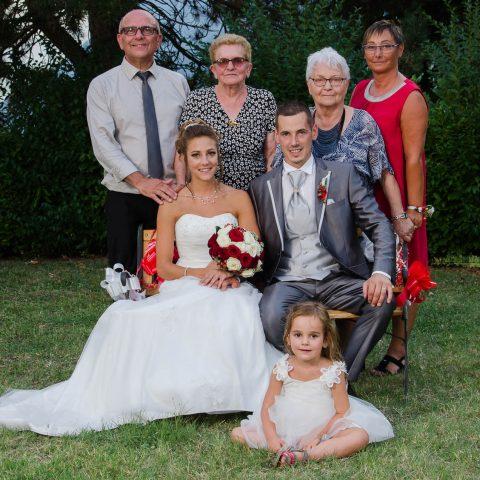 plusieurs générations sont rassemblées pour une photo de groupe en famille lors de ce mariage