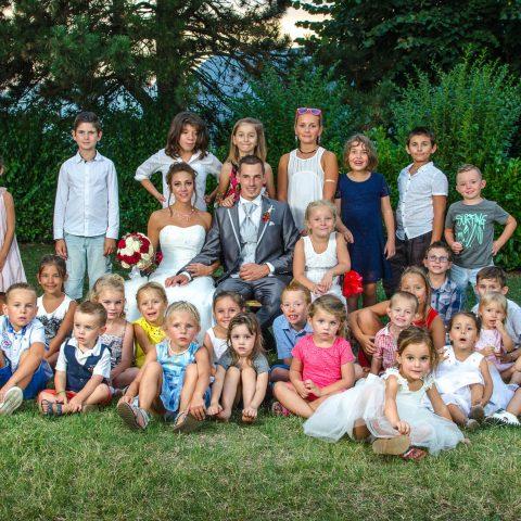 tous les enfants sont rassemblés pour une photo de groupe avec les mariés en Rhône Alpes