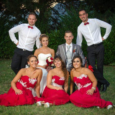 témoins et mariés posent pour le photographe de mariage