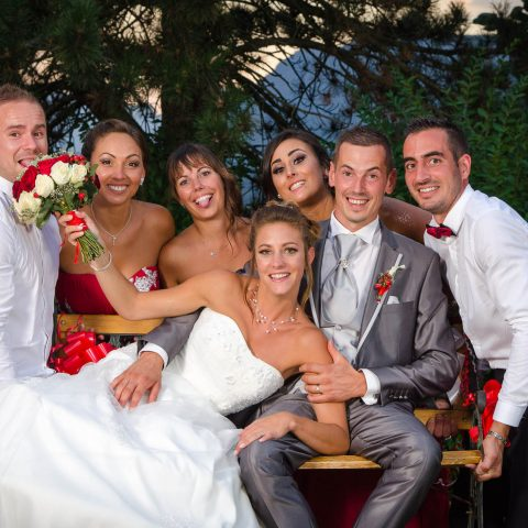 les témoins portent le banc des mariés pour une photo de mariage un peu originale