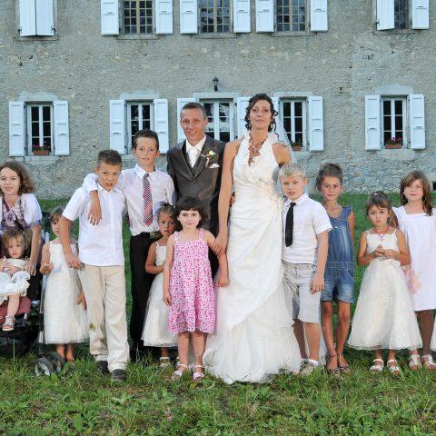 photo de groupe organisée par le photographe professionnel avec les enfants présents au mariage