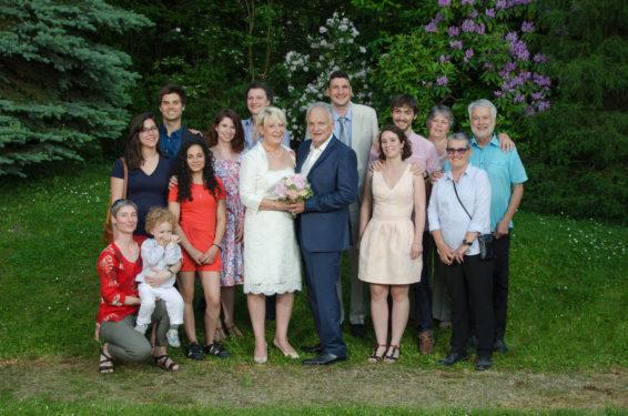 mariage au château de Candie (73, Savoie) : les photos de groupe sur fond de verdure au printemps