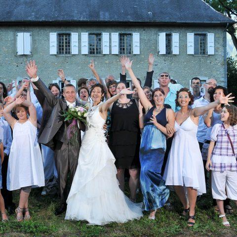 photo de groupe les bras levés après un mariage à Saint-Jean-de-la-porte (73)