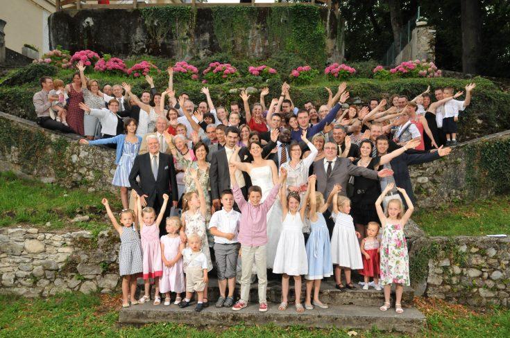 Photo de groupe : tous les invités du mariage sur les marches du Château d Arvillard (73)