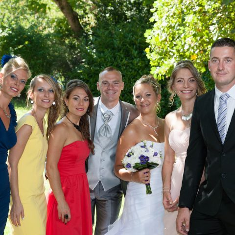 autour des mariés : les témoins du mariage lors de la séance des groupes et familles
