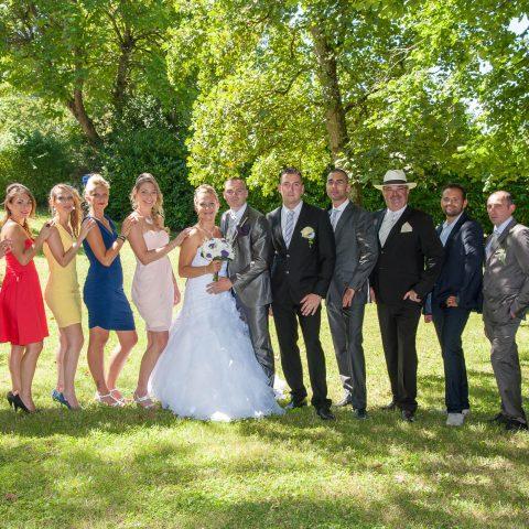 photo de groupe sous les arbres avant le mariage à Dommessin (Savoie, Rhône Alpes)