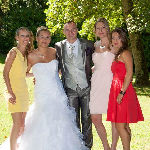 un petit groupe rassemblé pour une photo de mariage