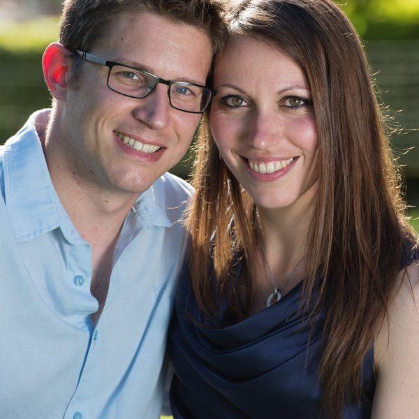 portrait rapproché de ce couple en extérieur dans le parc du studio par un photographe professionnel
