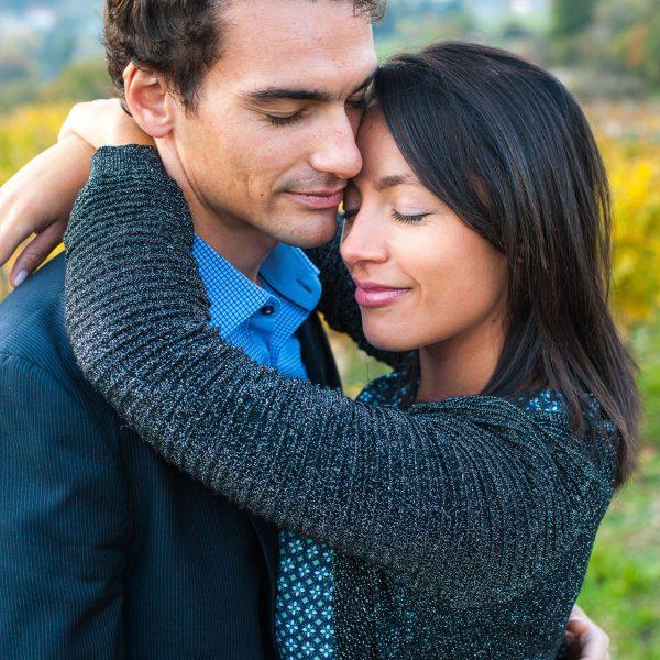 portrait de couple avant le mariage pour ces amoureux venu faire une séance engagement en Savoie
