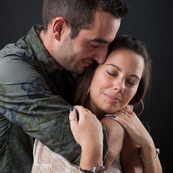 séance photo réalisé au studio du photographe professionnel pour ce couple pas encore marié (sur fond noir)