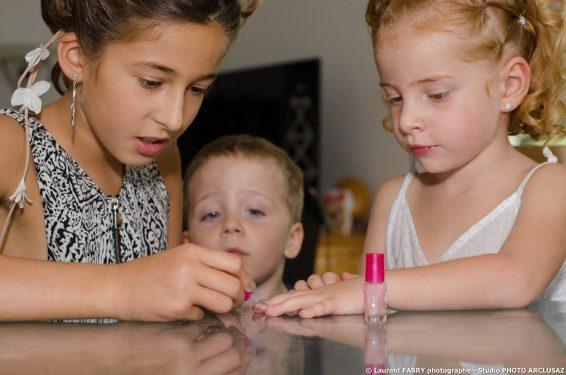 préparatifs des enfants pour le mariage de leurs parents