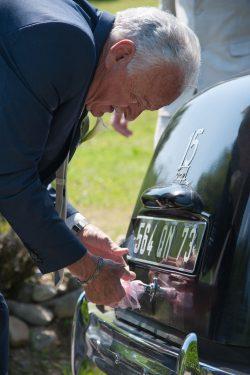 préparation de la voiture des mariés