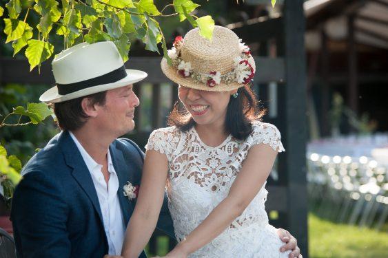 les mariés et leurs chapeaux assortis