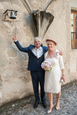 le marié sonne la cloche pour annoncer la fin du mariage