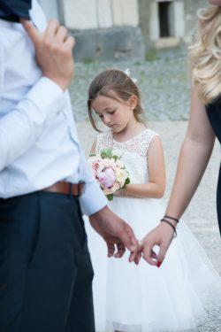 future mariée pensive avec son petit bouquet