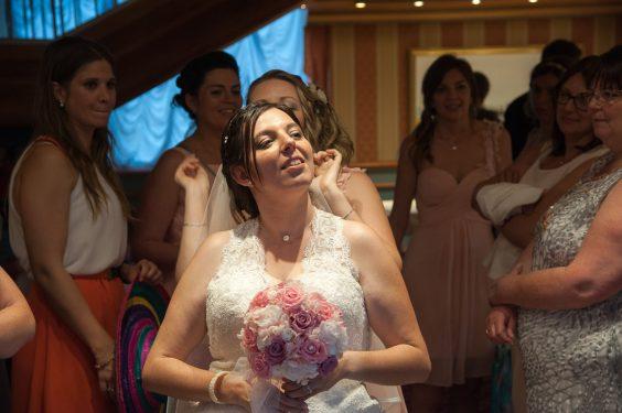 petite retouche coiffure pour la mariée lors de son vin d honneur