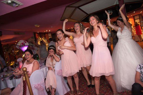 les demoiselles d honneur enflamment la piste de danse
